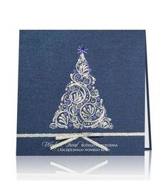 Kartka świąteczna C 640 Luksusowy granatowy papier, srebrny i niebieski nadruk. Na środku kartki natłoczona srebrna choinka, uzupełniona ozdobami w niebieskim kolorze. Kartkę dopełnia srebrna wstążka, która jest przewiązana na pierwszej stronie kartki z nalepioną kokardką. Wewnątrz znajduje się wklejona wkładka z białego, perłowego papieru.