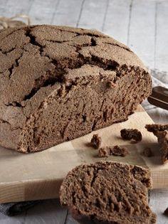 Ψωμί με χαρουπάλευρο - www.olivemagazine.gr Greek Recipes, Diet Recipes, Pretzel Bun, Bread And Pastries, Sourdough Bread, Superfoods, Food Art, Biscuits, Sandwiches