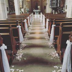 Kirchendekoration Hochzeit mit Blütenblättern