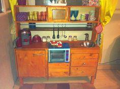 """Eine Spielküche mit echter Herdplatte - ein wahrer Hingucker """"Kinderholzküche"""" Details findet ihr hier: http://www.toom-baumarkt.de/selbermachen/kreativwerkstatt/details/kinderholzkueche-2496/ #toom #Baumarkt #toomBaumarkt #toomTeam #Heimwerken #DIY"""
