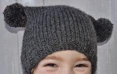 Entre puntos y puntadas: Gorro con dos pompones Knitted Hats, Knitting, Pom Poms, Stitching, Caps Hats, Tejidos, Clothing, Tricot, Breien