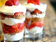Suikervrije trifle van koekjes, slagroom en rood fruit