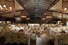 Άποψη από το εσωτερικό σε πλήρη ανάπτυξη τραπεζιών και καθισμάτων. Wedding Reception, Wedding 2017, Minimalism, Conference Room, Table, Inspiration, Furniture, Home Decor, Marriage Reception