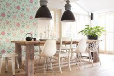 Robuuste eettafel met mix & match stoelen Dinning Table, Table And Chairs, Dining Area, Dining Chairs, England Houses, Dinner Room, Wooden Tables, Home Interior, Decoration