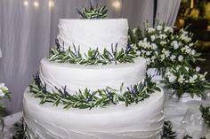 Sposarsi all'isola d'Elba - Getting married in Elba - Una torta nuziale ispirata ai prodotti della terra... le erbe aromatiche dell'isola d'Elba: rosmarino, salvia e lavanda. Foto di Claudia Colnago #wedding #cake #island #elba #tuscany
