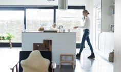 The Socialite Family | Chez Tessa #design #deco #decoration #interieur #interior #lifestyle #artdevivre #amsterdam #inspiration #kitchen #cuisine #ilôtcentral #openkitchen #white #thesocialitefamily