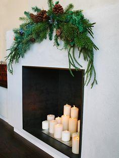 piñas y ramas de abeto para decora la chimenea