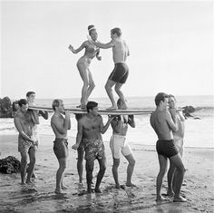 Los Angeles, Youthful actors in a Hollywood movie amuse themselves between shooting of scenes at California's Malibu Beach by staging an airborne twist exhibition on top of a surf board on. Vintage Surfing, Surf Vintage, Retro Surf, Bikini Vintage, Vintage Dance, Surf Music, Vintage Beach Party, Vintage Beach Photos, Bikini Rouge