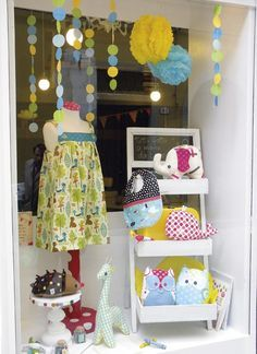 Crafts shop // a nice shop window.clean, colorful and interest top to bottom Children's Boutique, Boutique Design, Boutique Decor, Craft Show Displays, Store Displays, Display Ideas, Baby Store Display, Children Boutique Display, Logo Studio