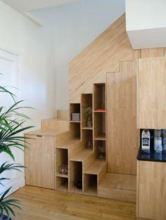 Scala in legno realizzata per sfruttare uno piccolo spazio - sono state ricavate una libreria, un armadietto e una scarpiera nell'angolo