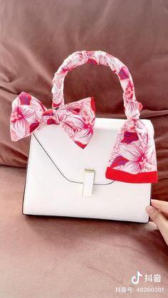 Ways To Tie Scarves, Ways To Wear A Scarf, How To Wear Scarves, Silk Scarves, Scarf On Bag, Diy Fashion Hacks, Bag Women, Clothing Hacks, Scarf Styles
