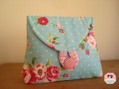 Necessaire Midi confeccionada artesanalmente em tecido floral com forro 100% algodão, acabamento impecável, botão forrado, perfeita para carregar na bolsa e para presentear com muito carinho!