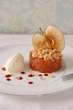 りんごの赤ワイン煮セルクル仕立て はちみつレモンのアイスクリーム添え