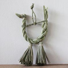 神話の里高千穂のエネルギーを吸ってすくすく育った稲ワラで作られた縁起の良い鳥。酉年の方への贈り物や、酉年のお正月飾りにいかがでしょうか。