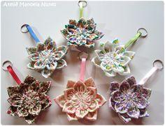 Chaveiros de Flores de Fuxico com Alças de Fita de Cetim