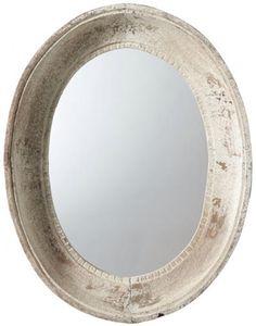 El espejo es blanco como la mesilla de noche . Èl está sobre la cama.