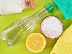 Household Uses for Vinegar - Vinegar is extremely versatile product that you already have in your home! Check out these ingenious household uses for vinegar from cleaning to freshening and so much more. Baking Soda Bath, Baking Soda Cleaning, Baking Soda And Lemon, Baking Soda Uses, Kitchen Cleaning, Green Cleaning, Spring Cleaning, Limpieza Natural, Vinegar Uses