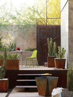 Pflanzkübel und Hochbeete auf der Terrasse aus Rost