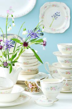 Craft Tutorials, Craft Projects, Projects To Try, Diy Arts And Crafts, Diy Crafts, China Crafts, Plate Hangers, China Sets, Antique China
