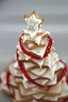 On dine chez Nanou   Sapin de Noël en petits gâteaux aux épices                  Avec Victoria , ma plus jeune fille nous avons craqué sur ce kit Wilton pour faire un...