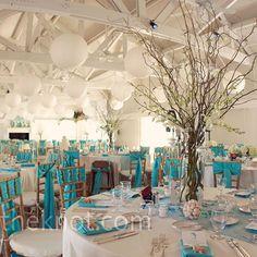 Les boules de fleurs pour une décoration de cérémonie de mariage bleue turquoise. Le candy bar a bonbons, est une table ou l'on dispose de nombreux bonbons de couleur. On choisit bien évidemm…