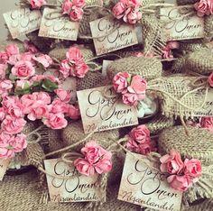 Wedding Favors / Nikah şekeri www. Wedding Crafts, Wedding Party Favors, Wedding Wishes, Baby Wedding, Wedding Engagement, Wedding Bags, Chocolate Wrapping, Wedding Doors, Shower Gifts