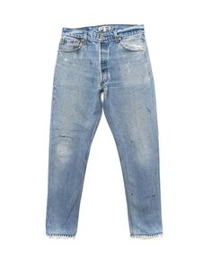 These jeans have a story to tell. It is woven into the beautiful blue denim and communicated in the whiskers, frays, tears, and shades. To top it all off, the r