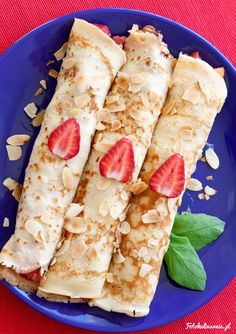 Pancakes with strawberries, nectarines and roasted almond flakes