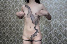 na muestra del impresionante trabajo del tatuador berlinés Chaim Machlev. Tattoos lineales y geométricos que dan una nueva dimensión al cuerpo.