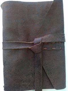 """Pode ser utilizado como caderno, diário, anotações em geral.  Confeccionado em couro sintético na cor marrom, feito à mão com costura Longstitch.  100 folhas em papel reciclado sem pauta.  Aceito encomendas. Mais cores disponíveis em """"MOSTRUÁRIO"""".  MEDIDAS APROXIMADAS. R$ 40,00"""