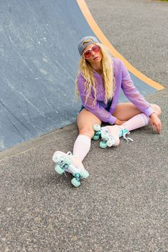 Informations About Rio Roller: lifestyle photography of retro skates - Marianne Taylor Pin You can e Retro Roller Skates, Roller Skate Shoes, Quad Roller Skates, Roller Derby Girls, Roller Skating Pictures, Rio Roller, Skate Photos, Skate Girl, Inline Skating