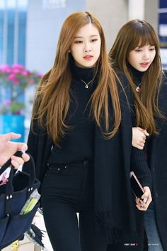 Rose and Lisa//BlackPink Kpop Outfits, Korean Outfits, Blackpink Fashion, Korean Fashion, Kpop Mode, 1 Rose, Blackpink Photos, Blackpink Lisa, Airport Style