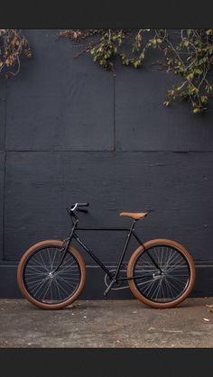Black single speed bike with tan leather seat. Looks more bike art to me. Bici Retro, Velo Retro, Urban Bike, Cool Bicycles, Cool Bikes, Vw Minibus, Velo Design, Velo Cargo, Bike Tattoos