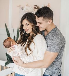 Layla mit Mama und Papa - Baby Fotoshooting - Layla with Mom and Dad – Baby Photo Shoot Layla mit Mama und Papa – Baby Fotoshooting - Pregnancy Goals, Pregnancy Workout, Newborn Photos, Baby Photos, Carlin Bates, Cute Family Photos, Family Pictures, Bates Family Blog, Papa Baby