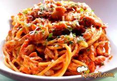 Recept za Testeninu sa raguom od piletine. Za spremanje ovog jela neophodno je pripremiti pileće karabatake, luk, šargarepu, beli luk, lovor, sirće, belo vino, pileću supu, sok od paradajza,