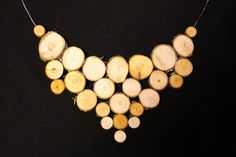 Puupalikoista tehty kaulakoru