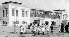 El Balneario Victoria a comienzos del siglo XX. La playa era conocida simplemente por 'playa del Sur'. Así por ejemplo, todas las noticias publicadas con respecto a la aparición de los 'duros antiguos' (1904) hacen referencia exclusiva a 'la playa del Sur'. Cádiz