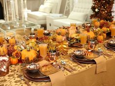 de petites citrouilles orange sur la table décorée