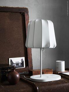 De nya lamporna VARV, design Eva Lilja Löwenhielm, förtjänar definitivt sin plats i rampljuset! VARV bordslampa med trådlös laddning. Ikea Inspiration, Grey Stuff, Scenery Photography, Home Lighting, Interior Styling, Table Lamp, Minimalist, Organising, Ikea Hacks
