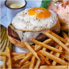 """Cheeseburger Ramona"", 200 gramas de fraldinha vermelhinha por dentro, coberta…"