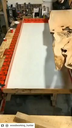 Diy Resin Table, Epoxy Wood Table, Epoxy Resin Wood, Diy Resin Art, Diy Resin Crafts, Diy Home Crafts, Woodworking Ideas Table, Woodworking Projects Diy, Diy Wood Projects