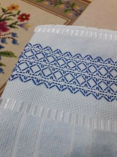 Bagonete Swedish Embroidery, Types Of Embroidery, Embroidery Stitches, Hand Embroidery, Free Swedish Weaving Patterns, Small Gifts For Friends, Abstract Embroidery, Monks Cloth, Cat Cross Stitches