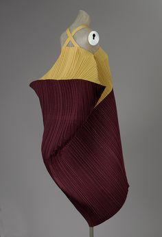 Issey Miyake: Dress printemps-été Heilbrunn Timeline of Art History Issey Miyake, Yohji Yamamoto, Mode Costume, Fashion Details, Fashion Design, Fashion Art, Fashion Ideas, Fashion Trends, Rei Kawakubo