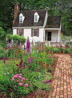 31 Stunning Front Yard Cottage Garden Landscaping - Home Design Little Cottages, Cabins And Cottages, Small Cottages, Country Cottages, Garden Cottage, Cottage Homes, Cottage Front Yard, Colonial Cottage, Colonial Kitchen