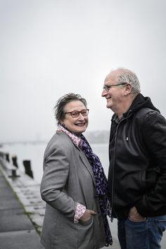 """Herman Koch en Wanda Reisel over hun gedeelde jeugdjaren: """"Herman maakte zelfs grappen op de begrafenis van zijn moeder""""   Topics.nl"""
