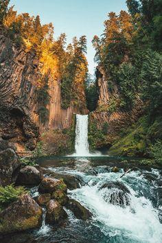 Quedas de Toketee, estado do Oregon, USA. Esculpida em antiga colunar de basalto, a cachoeira de Toketee cai aproximadamente 37 m em duas etapas.