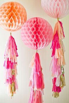 Bola nido de abeja decorada pompones de We Love Parties Bcn #bodas #wedding…