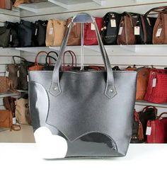 51010e2d1 As bolsas são confeccionadas em Couro Sintético Laminado e Dublado de  Qualidade Superior. Peça robusta