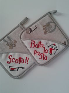 Presine ricamate punto croce Cross Stitch Kitchen, C2c, Hot Pads, Pot Holders, Projects To Try, Coin Purse, Embroidery, Creative, Cross Stitch Love