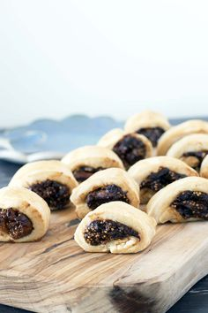 A delicious, sweet and chewy homemade fig rolls recipe that's a world away from the shop bought variety. Fig Roll Recipes, Sweet Recipes, Fig Rolls, Fig Dessert, Fig Bars, Creative Desserts, British Baking, Cafe Food, Rolls Recipe